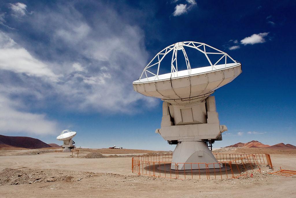 Hiện tượng kỳ lạ trên do các nhà khoa học thuộc Đại học Cambridge phát hiện mới đây qua kính viễn vọng ALMA, Chi Lê.