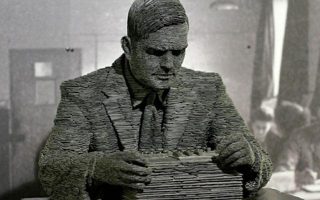 Bức tượng nhà toán học vĩ đại Alan Turing tại viện bảo tang Bletchley Park, vốn từng là trung tâm nghiên cứu giải mã của Anh trong Thế chiến thứ hai.