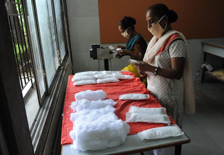 Thành viên Hội Phụ nữ tự Kinh doanh (SEWA) làm băng vệ sinh giá rẻ tại Ahmedabad, Ấn Độ cho phụ nữ, trẻ em gái các vùng nông thôn.