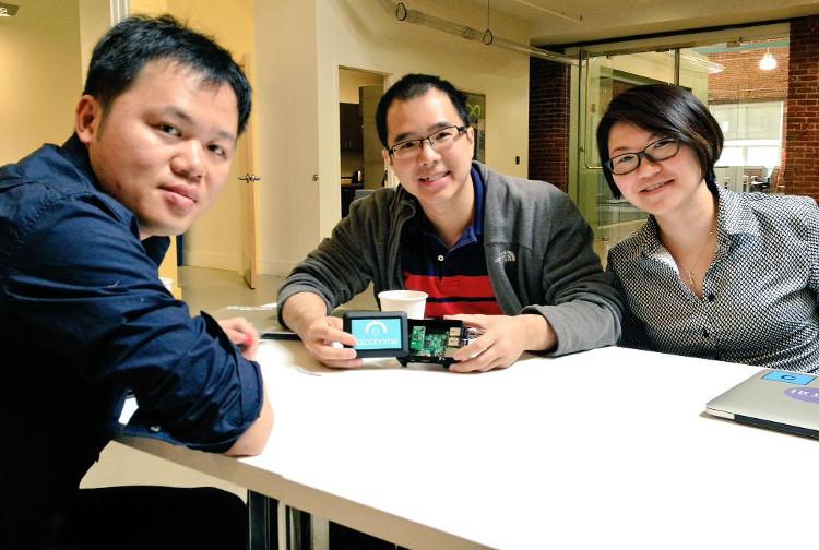 Annthony Chow (giữa), CEO và đồng sáng lập công ty Igloohome.