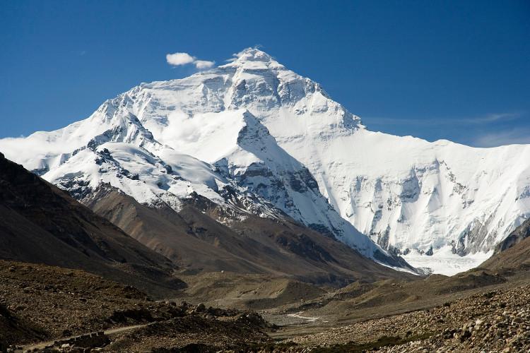 Everest là đỉnh núi cao nhất thế giới xét theo độ cao so với mực nước biển.