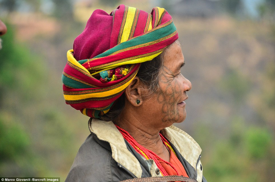 Theo thời gian, các hình xăm đã trở thành chuẩn mực của vẻ đẹp, và những người phụ nữ rất tự hào vì được xăm mặt trước nam giới.
