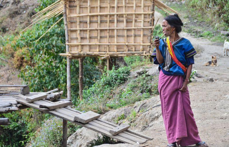 Nhiều phụ nữ mặc trang phục truyền thống có màu sắc sặc sỡ, gần như lúc nào cũng cầm tẩu trên tay.