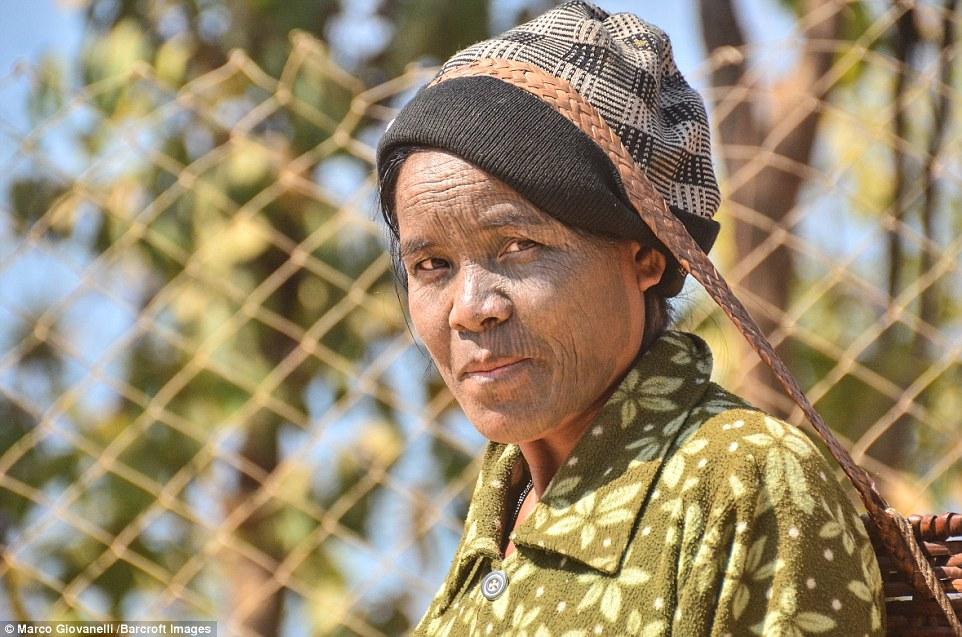 Một phụ nữ tộc Dai với khuôn mặt phủ đầy các vết xăm nhỏ. Họ quan niệm càng xăm nhiều càng đẹp.