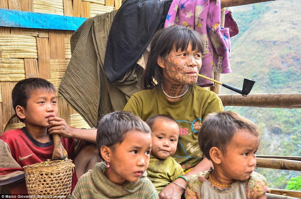 Núi Victora, đỉnh cao nhất bang Chin, là nơi ở của tộc Munn và tộc Dai. Cả hai bộ tộc đều có truyền thống xăm mặt độc đáo.