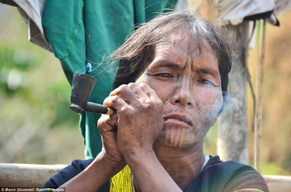 Phụ nữ tộc Munn có một loạt các vòng tròn nhỏ nối liền, tạo thành hình bán nguyệt, xăm từ má xuống cổ.