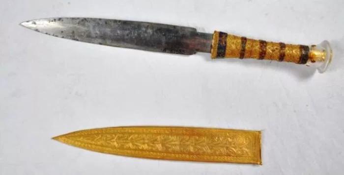 Con dao găm chôn cùng vua Tutankhamun trong quan tài.