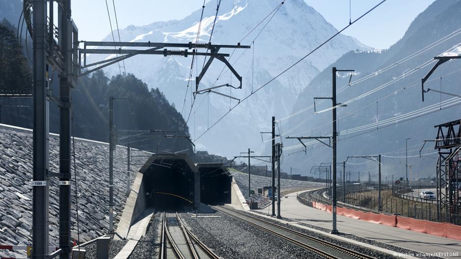 Dự án GBT chính thức được khởi công vào năm 2000 nhưng kỹ sư Carl Eduard Gruner đã lên ý tưởng xây dựng hầm đường sắt xuyên dãy Alps, Thụy Sĩ vào năm 1947