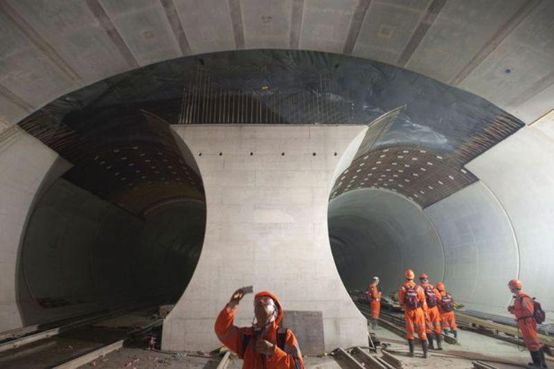 Để thông được tuyến hầm đường sắt GBT, đội công nhân đã phải đào hơn 28 triệu tấn đất đá ở dưới chân núi Alps.