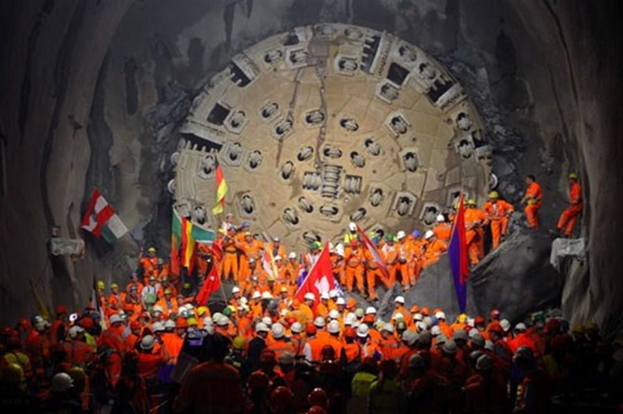 Các công nhân ăn mừng khi hoàn thành việc khoan đoạn hầm cuối cùng hôm 15/10/2015.