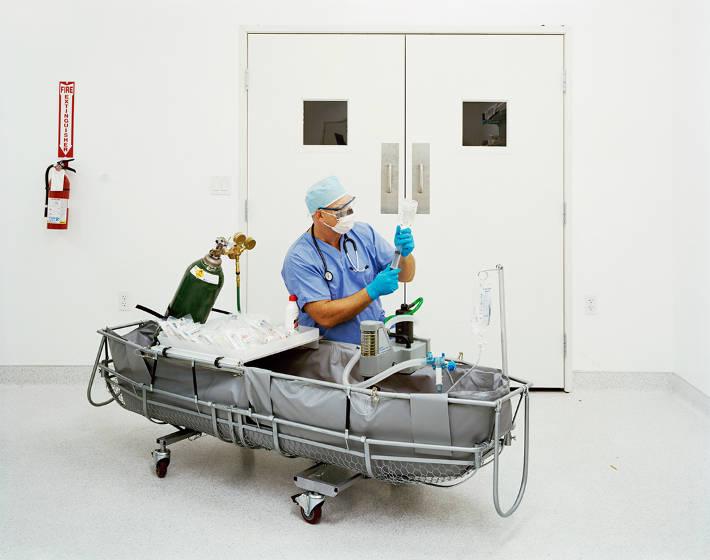 Bác sĩ Aaron Drake chuẩn bị các loại thuốc ổn định sử dụng trong giai đoạn đầu của quá trình bảo quản đông lạnh ở viện Alcor vào tháng 8/2009.