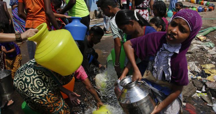 Những bình nước quý giá dưới thời tiết khắc nghiệt.