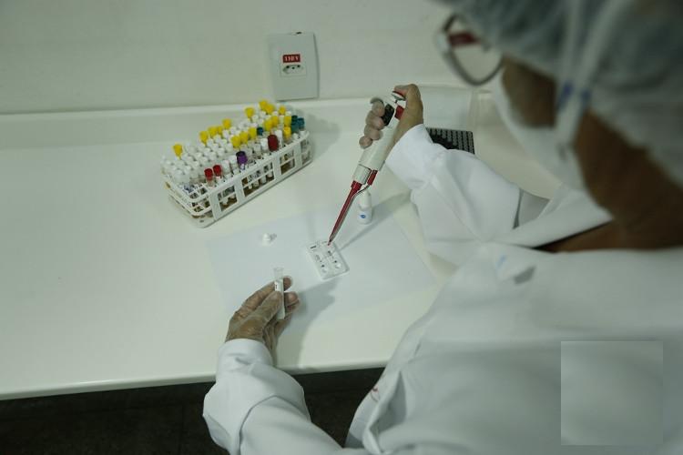 Nhân viên Hãng hóa dược Bahiafarma làm việc trong phòng thí nghiệm ở Salvador de Bahia, Brazil, ngày 31/5.