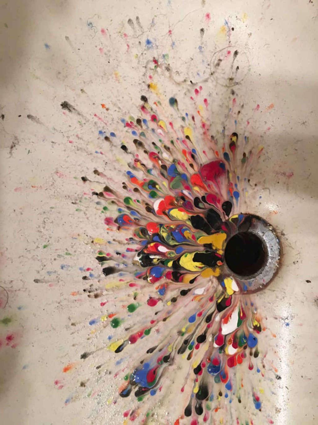 Những giọt màu nước vương vãi trên bồn rửa bất ngờ hoá thành cuộc dạo chơi của màu sắc.