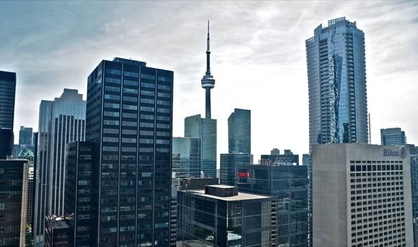 Garry Hoy - luật sư người Canada nhận định rằng cửa sổ văn phòng của ông không thể vỡ. Để chứng minh điều đó, ông đã lao mình qua cửa sổ và thực tế chứng minh ông đã sai khi rơi từ tầng 24 xuống đất dẫn đến tử vong.