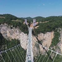 Trung Quốc xây dựng xong cầu làm bằng kính cao 300 mét nối 2 miệng vực