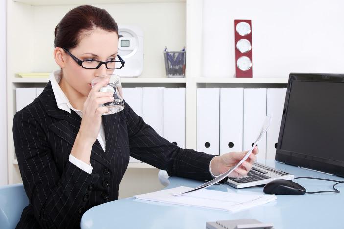 Uống quá nhiều đồ lạnh có đường sẽ gây căng giãn dạ dày.