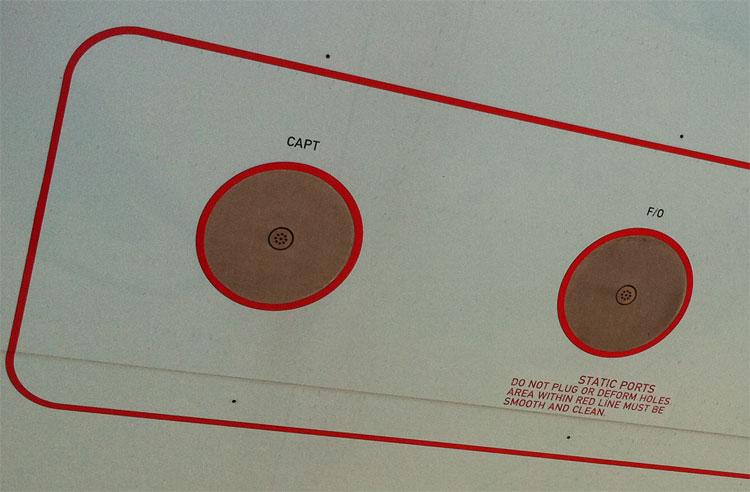 """Để máy bay đọc được những chỉ số như độ cao, tốc độ, nhiệt độ, nó dùng các cổng có tên """"Static Ports""""."""