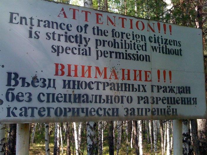 """""""Chú ý: Người nước ngoài không được phép vào thành phố""""."""