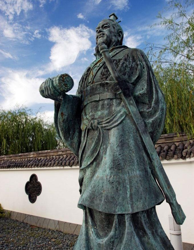 Bức tượng của Tôn Tử tại Yurihama, Tottori, Nhật Bản.