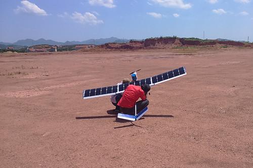 Kiểm tra thiết bị trước khi bay tại vùng núi trong trời nắng gắt.