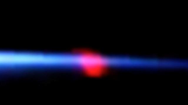 Các nhà khoa học không thể xác định rõ nguồn gốc của đốm đỏ hồng hình trái tim kỳ lạ lượn quanh ISS thực chất là gì và nó đến từ đâu