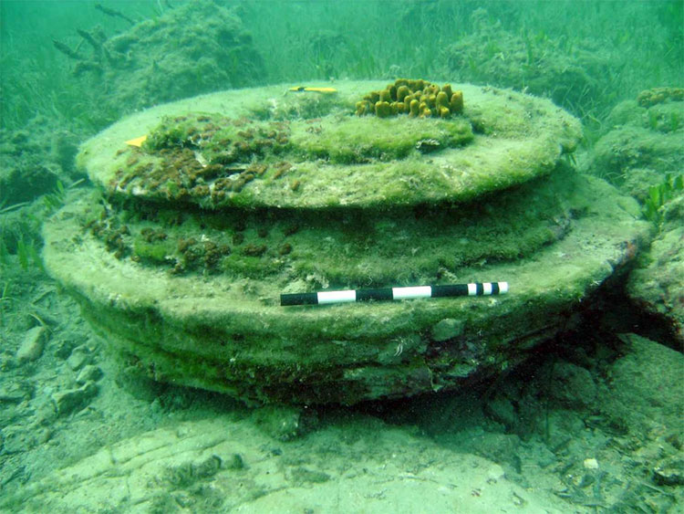 Đá lót đường và cột là kết quả do khí rò rỉ ở các đứt gãy ngay bên dưới đáy biển.