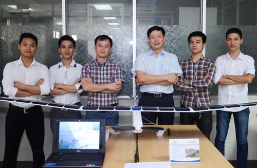 TS Đinh Tấn Hưng (đeo kính) và nhóm sinh viên K56.