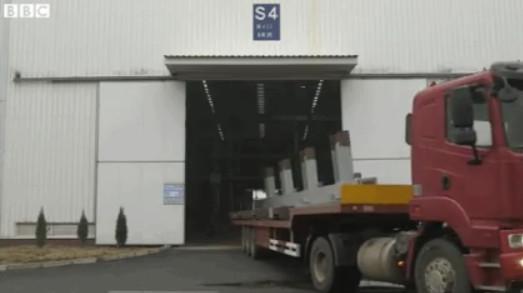Những mô-đun này được xe tải chở đến điểm xây tòa nhà.