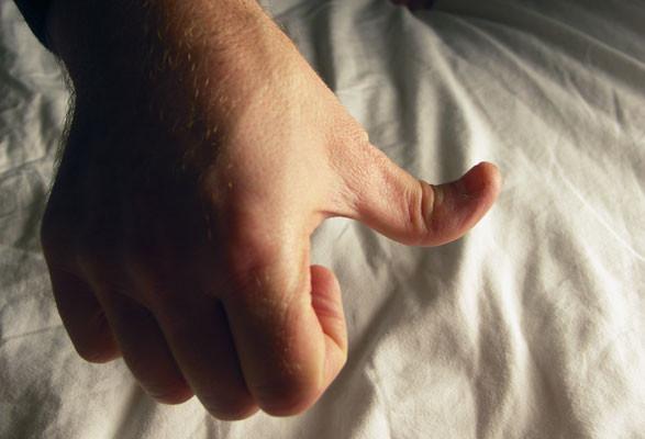 Trong sách kỉ lục thế giới, người có khả năng bẻ ngược ngón cái sâu nhất đang đạt thành tích lên tới 96 độ.