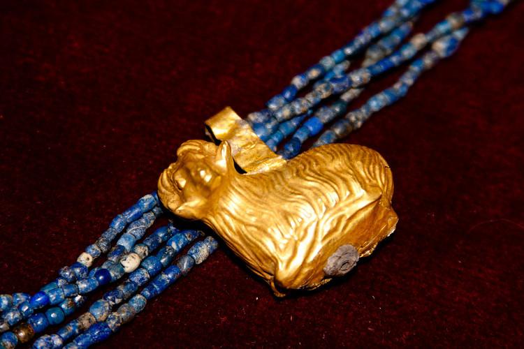 Chuỗi vòng cổ làm từ đá lapis và mặt dây chuyền vàng của hoàng gia Ur năm 2500 trước Công nguyên.