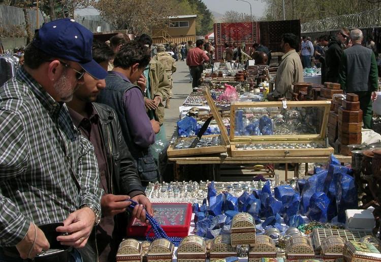 Đá lapis thô và trang sức làm từ lapis bày bán ngoài trời ở Afghanistan.
