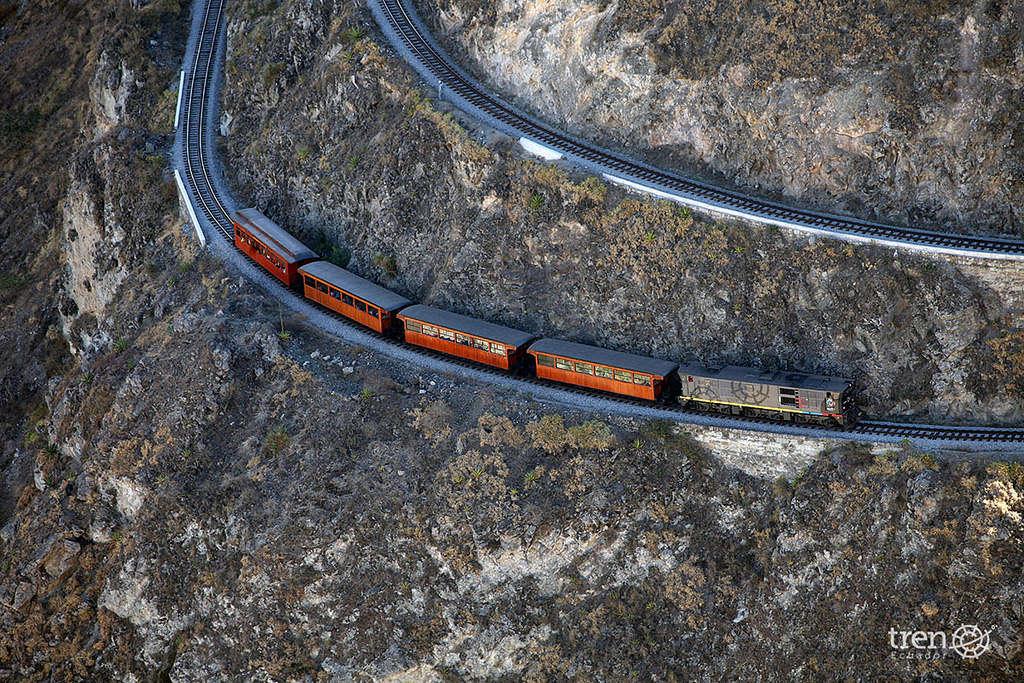 Tuyến đường xuyên qua các vùng đồi núi và có những khúc rất nguy hiểm vì kế bên là vực sâu thăm thẳm.