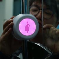 Nút bấm thông mình giúp phụ nữ mang thai có chỗ ngồi trên tàu xe