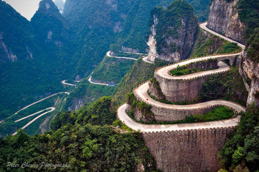 Con đường trên Thiên Môn Sơn ngoằn ngoèo ở Trương Gia Giới