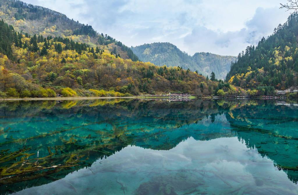 Hồ nước trong vắt ở Cửu Trại Câu.