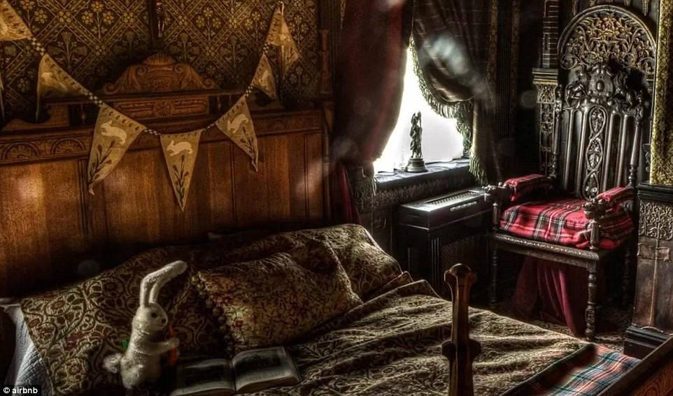 """Phòng nghỉ có những cuốn sách, đồ chơi cổ và được khuyến cáo là """"không dành cho người yếu tim"""" trên Airbnb."""