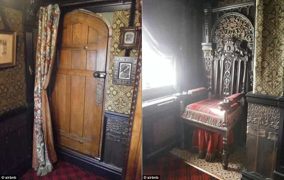 Ánh sáng huyền ảo, các tấm màn dày và âm thanh lạ lùng đều làm tăng cảm giác bí ẩn, ám ảnh cho căn phòng.