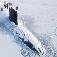 Video: Xem khoảnh khắc tàu ngầm hạt nhân Mỹ nổi xuyên qua lớp băng ở Bắc Cực