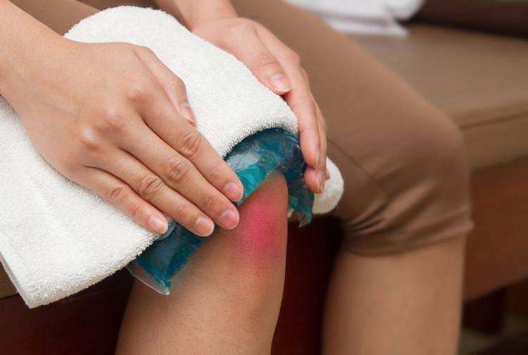 Ngay sau chấn thương cần chườm đá hoặc nước lạnh trong 10-15 phút.