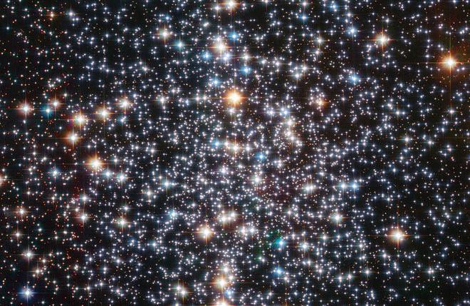 Cụm sao hình cầu Messier 4 được chụp bởi Kính viễn vọng không gian Hubble.