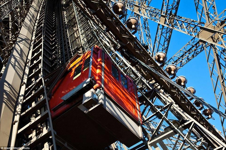 Để lên khu vực đỉnh tháp Eiffel, du khách phải đi qua hai thang máy.