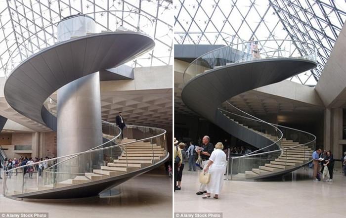 Thang máy ở bảo tàng Louvre, Paris, Pháp