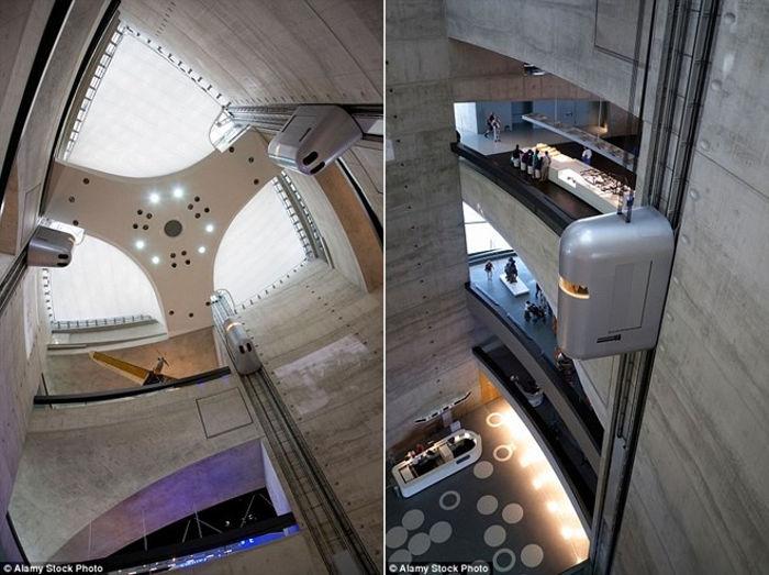 Giống như một công trình trong phim James Bond, các buồng thang có thiết kế tương lai này đưa du khách lên các bức tường thép của tòa nhà.