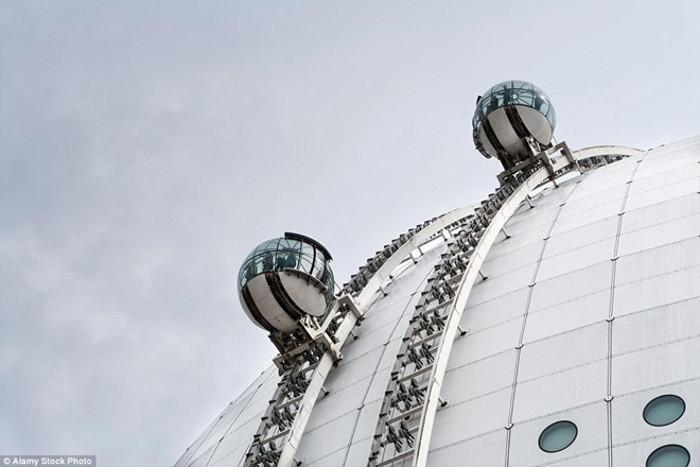 Hai buồng thang máy đưa du khách lên độ cao 130 m ở đỉnh tòa nhà