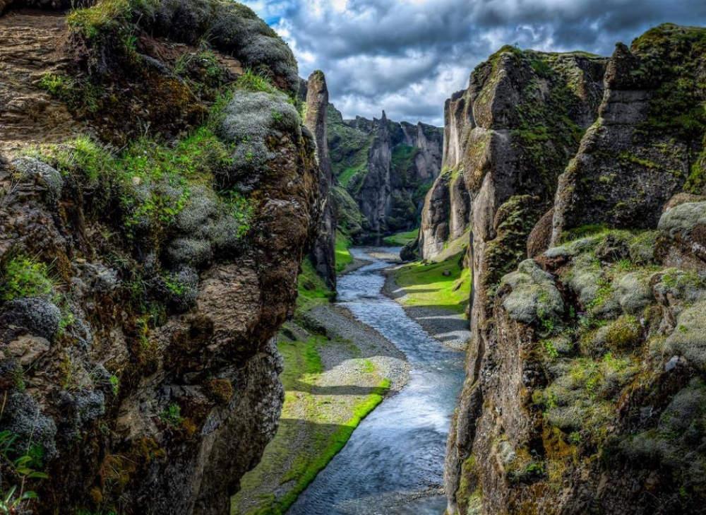 Hẻm núi Fjaðrárgljúfur nằm ở Đông Nam Iceland là một tuyệt tác của thiên nhiên.