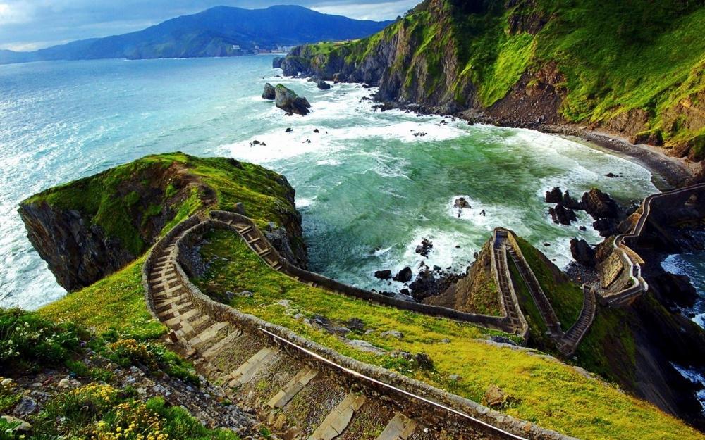 San Juan de Gaztelugatxe là một hòn đảo trên bờ biển Biscay và được nối với đất liền bằng một cây cầu nhân tạo khá hẹp có 237 bậc.