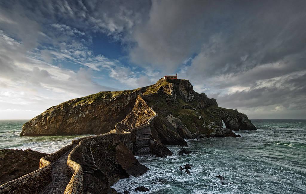 Có một nhà thờ nhỏ trên đỉnh hòn đảo để tưởng nhớ tới John the Baptist – người được cho là đã đặt chân lên hòn đảo từ thế kỷ 10.