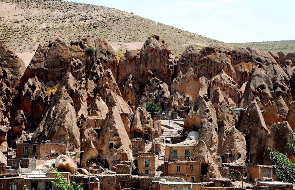 Ở nơi xa xôi, ngôi làng Kandovan có những ngôi nhà làm trong vách đá mà đến nay vẫn là nơi sinh sống của gần 1.000 người