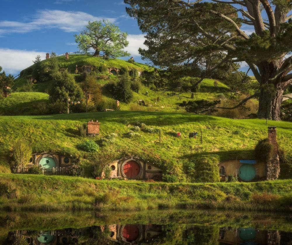 """Ngôi làng ấn tượng này có nguồn gốc từ một bộ phim và được xây dựng bởi gần 400 người cho việc dựng phim """"Chúa tể của chiếc nhẫn""""."""